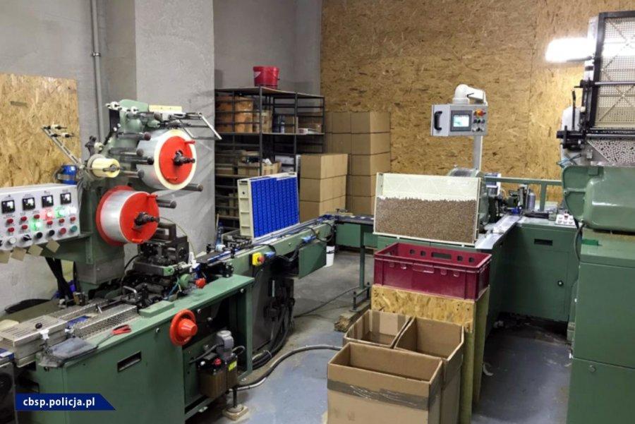 Zlikwidowane 3 fabryki nielegalnych papierosów